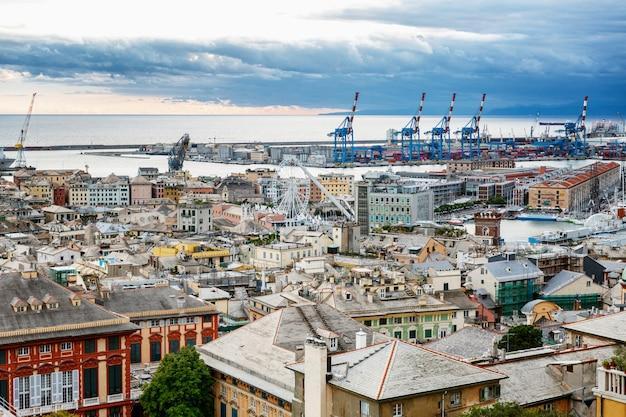 Bela vista da cidade e do porto. grande paisagem urbana.