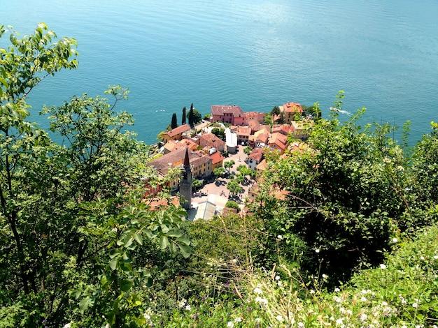 Bela vista da cidade italiana de cima. varenna.