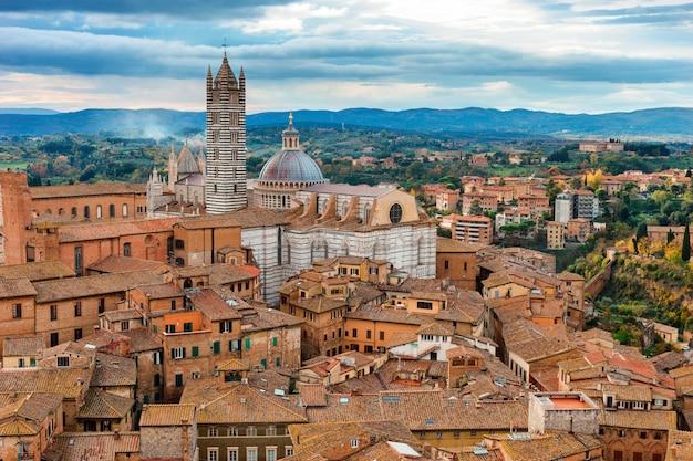Bela vista da cidade medieval de siena, na toscana, itália