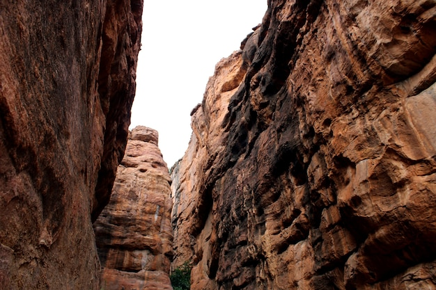 Bela vista da colina rochosa de badami