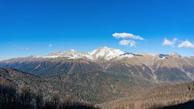 Bela vista da cordilheira do pico da montanha achisho, inverno em sochi, rússia.