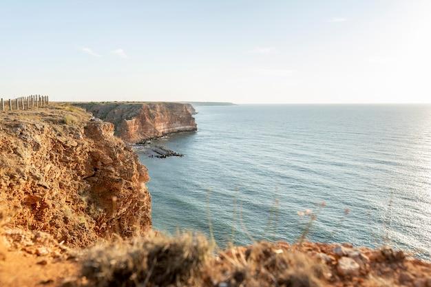 Bela vista da costa com oceano