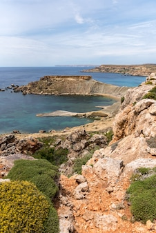 Bela vista da costa da baía de gnejna em malta