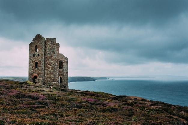 Bela vista da costa da cornualha e da antiga mina de estanho inglaterra reino unido perto de st agnes beacon