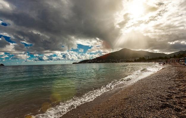 Bela vista da costa do mar em um dia ensolarado com nuvens