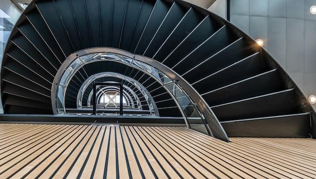 Bela vista da escada em espiral dentro do prédio