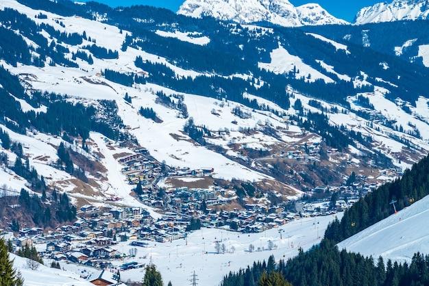 Bela vista da estação de esqui saalbach durante o inverno
