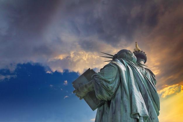 Bela vista da estátua da liberdade ao pôr do sol na cidade de nova york, estados unidos da américa