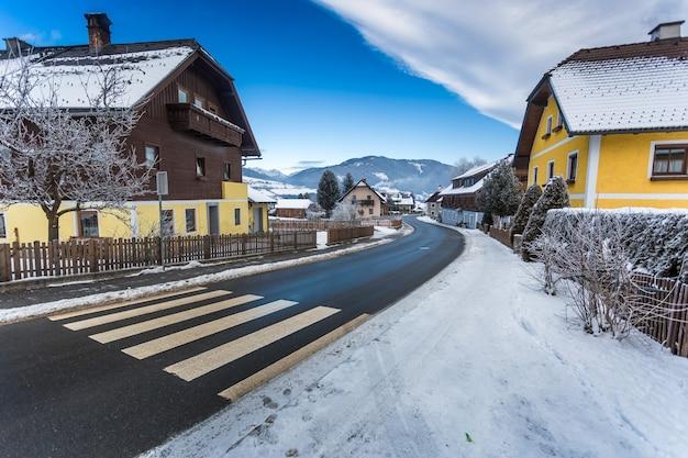 Bela vista da estrada que atravessa uma pequena cidade nos alpes austríacos