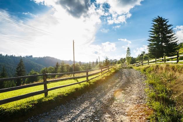 Bela vista da estrada rural.