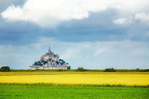 Bela vista da famosa e histórica ilha das marés le mont saint-michel