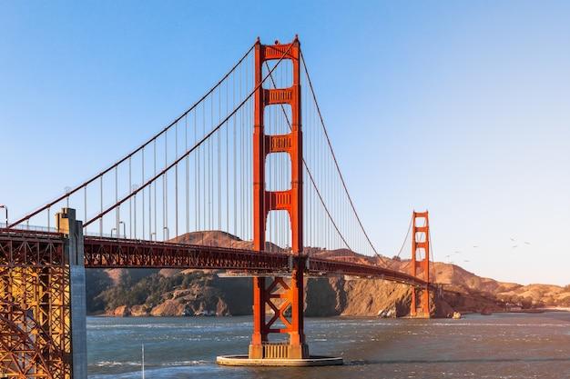Bela vista da famosa golden gate bridge em são francisco sob os raios do sol poente