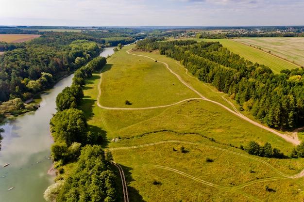 Bela vista da floresta e o rio na cidade. vista aérea.
