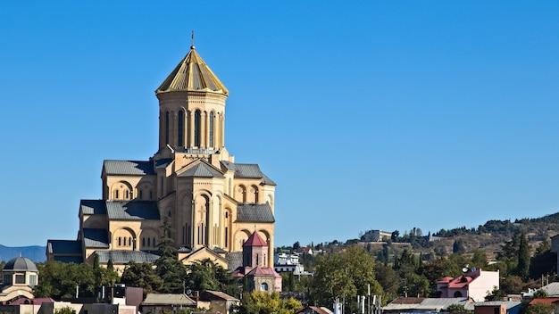 Bela vista da igreja de são nicolau em tbilisi, geórgia