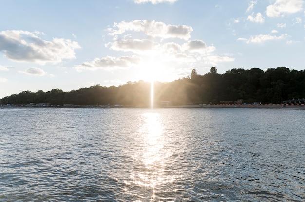 Bela vista da luz do sol na água
