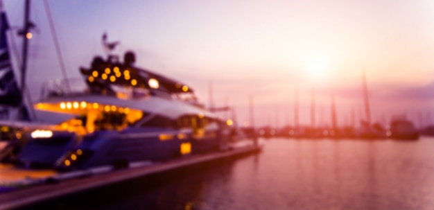 Bela vista da marina e do porto com iates e barcos a motor.