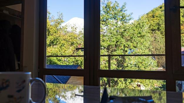 Bela vista da montanha achisho coberta pela neve da cozinha, krasnaya polyana, sochi, rússia.