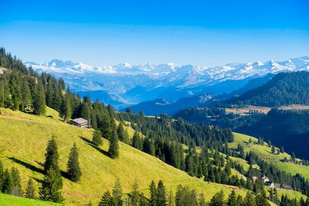 Bela vista da montanha alpes suíços na montanha rigi