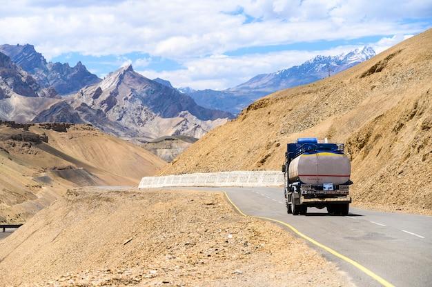 Bela vista da montanha com estrada