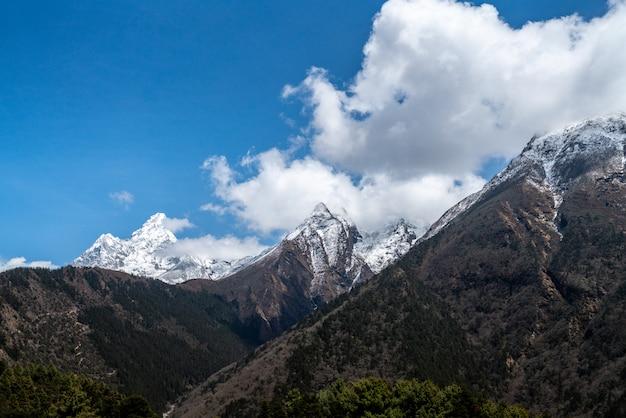 Bela vista da montanha de neve, a caminho do acampamento base do everest
