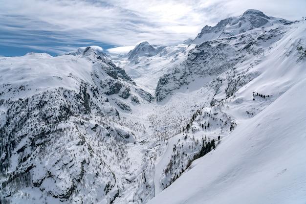 Bela vista da montanha de neve no pico de matterhorn, suíça