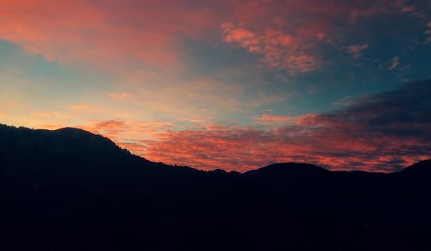 Bela vista da montanha durante o pôr do sol