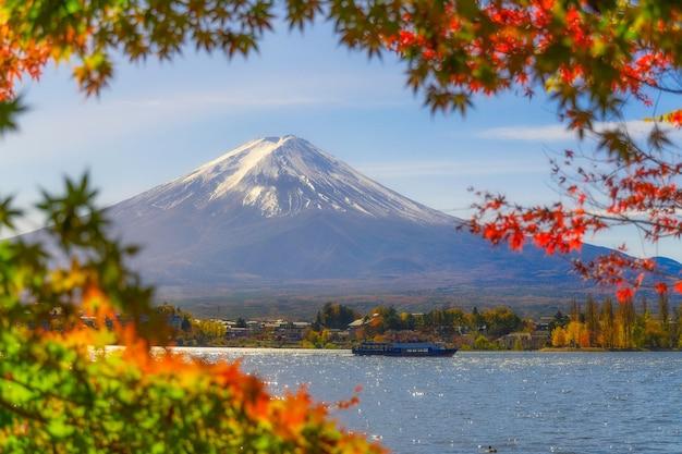 Bela vista da montanha fuji san com nuvem branca e céu azul com barco de viagem