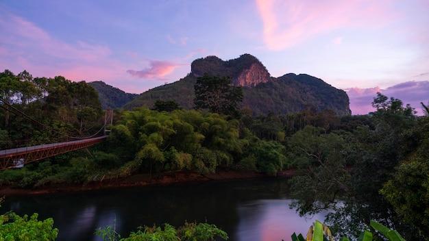 Bela vista da natureza da montanha de natureza incrível coração em surat thani, tailândia