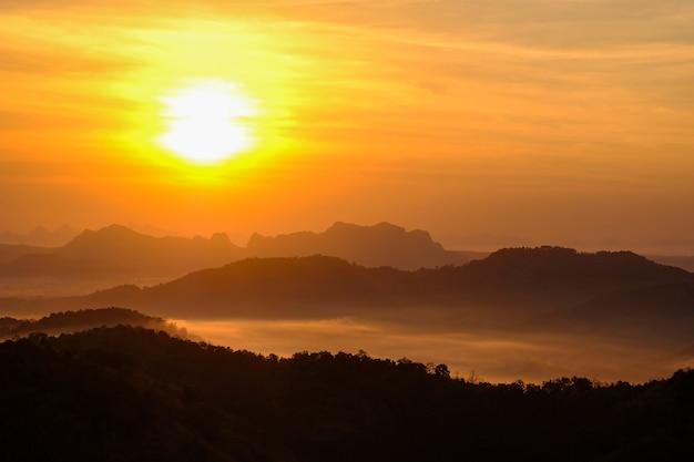 Bela vista da névoa da manhã enchendo os vales