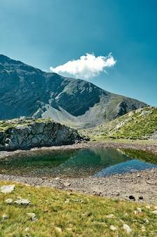 Bela vista da paisagem de um pequeno lago cercado por montanhas em um vale da riviera francesa