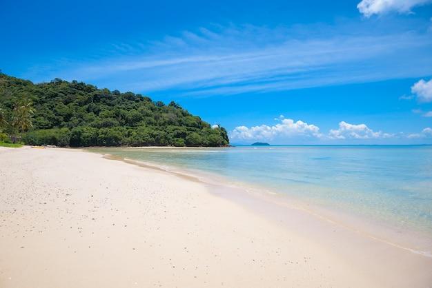 Bela vista da paisagem de uma praia tropical, mar esmeralda e areia branca contra o céu azul, baía maya na ilha de phi phi, tailândia