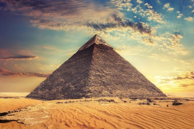 Bela vista da pirâmide de khafre, gizé, egito.