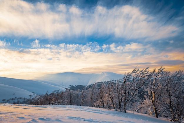 Bela vista da pista de esqui em uma ensolarada noite de inverno, conceito de relaxamento em limpas estações de esqui europeias