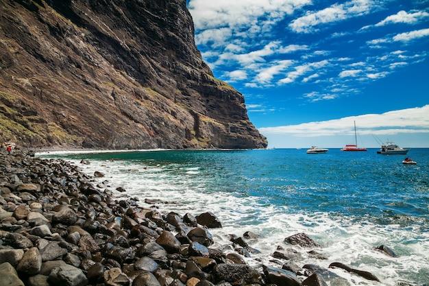 Bela vista da playa de masca, no final da popular caminhada pelo desfiladeiro, tenerife, ilhas canárias, espanha