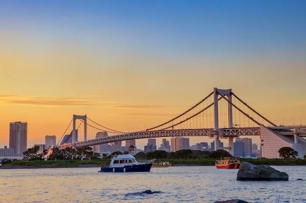 Bela vista da ponte arco-íris da cidade de odaiba, tóquio, japão