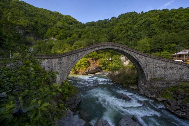 Bela vista da ponte capturada na aldeia arhavi kucukkoy, turquia
