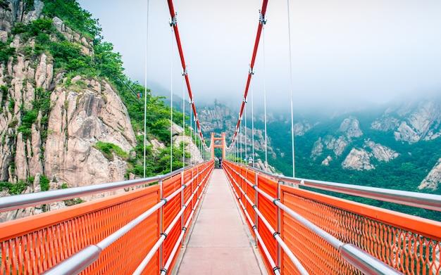 Bela vista da ponte de nuvem de aventura no parque nacional wolchul san, yeongam, coréia do sul