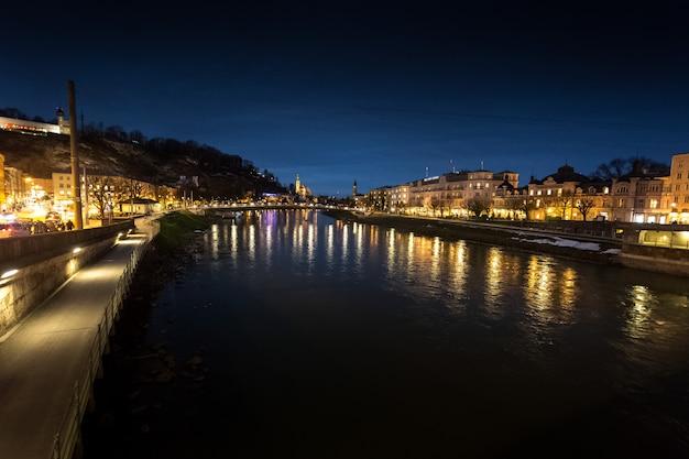 Bela vista da ponte sobre o rio salzach em salzburg à noite