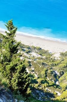 Bela vista da praia da costa de lefkada (grécia, mar jônico) de cima