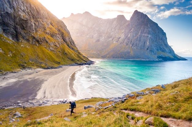 Bela vista da praia de kvalvika ao pôr do sol nas ilhas lofoten, noruega
