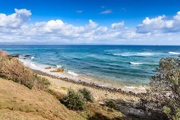Bela vista da praia de wategos, litoral de byron bay. natureza de novo gales do sul, costa leste da austrália.