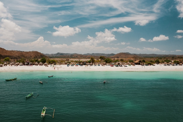 Bela vista da praia e das montanhas em lombok, indonésia