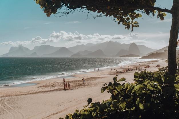 Bela vista da praia e do mar