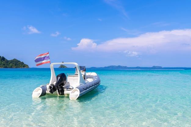 Bela vista da praia ilha de koh chang e barco para turistas seascape na província de trad oriental da tailândia sobre fundo de céu azul