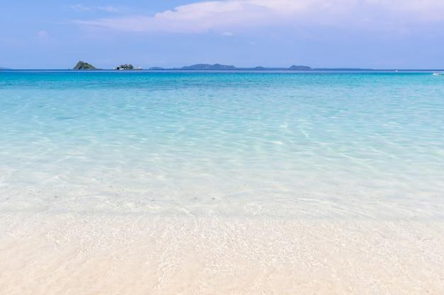 Bela vista da praia koh chang ilha seascape na província de trad oriental da tailândia sobre fundo de céu azul