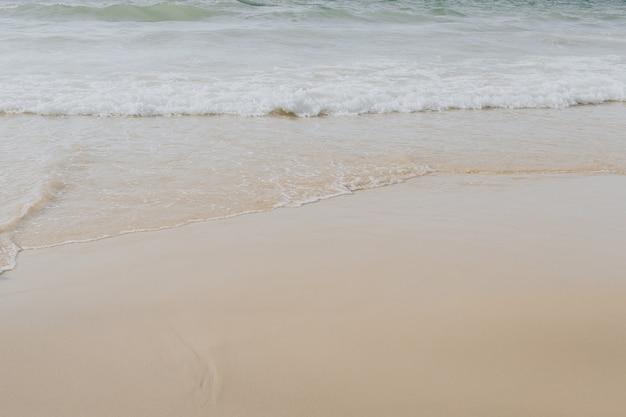 Bela vista da praia tropical com areia bege branca e mar com ondas em phuket