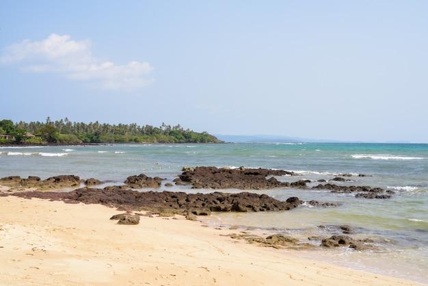 Bela vista da praia tropical na tailândia