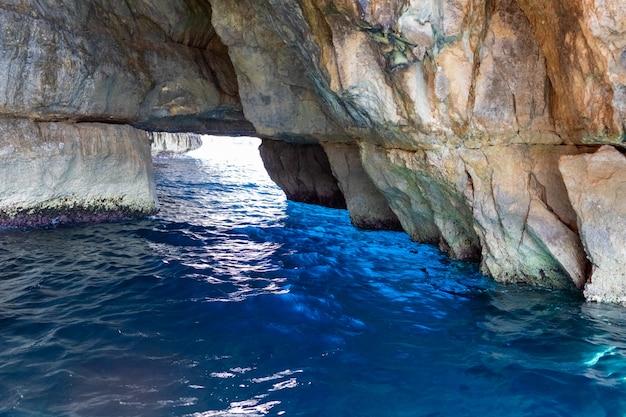 Bela vista da rocha no mar em malta. água de turquesa e azul