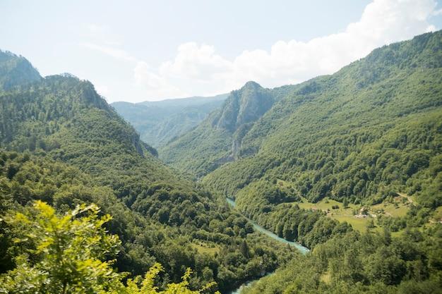 Bela vista da viagem em montenegro