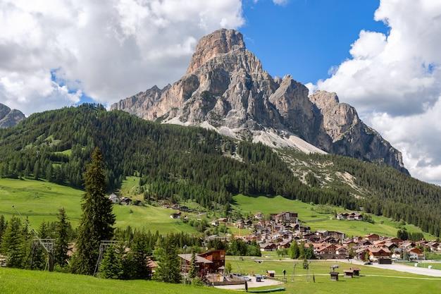 Bela vista da vila alpina de corvara, no sopé da montanha sassongher